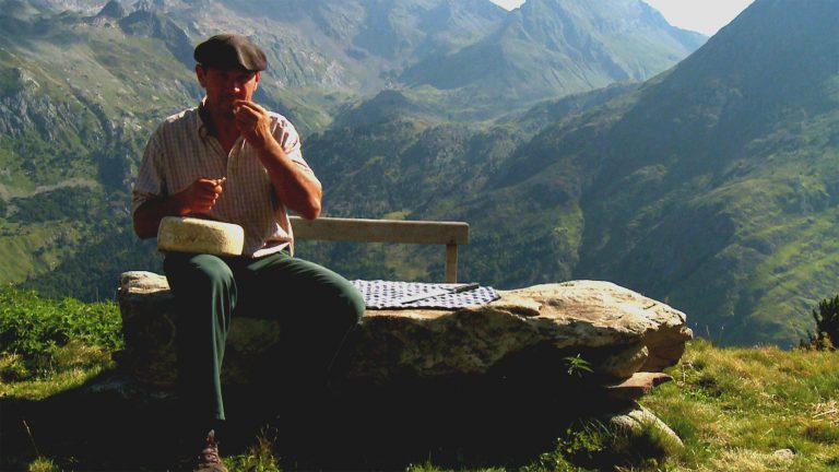 A Normand Shepherd tasting his Cheese ©CDT64-Medialab
