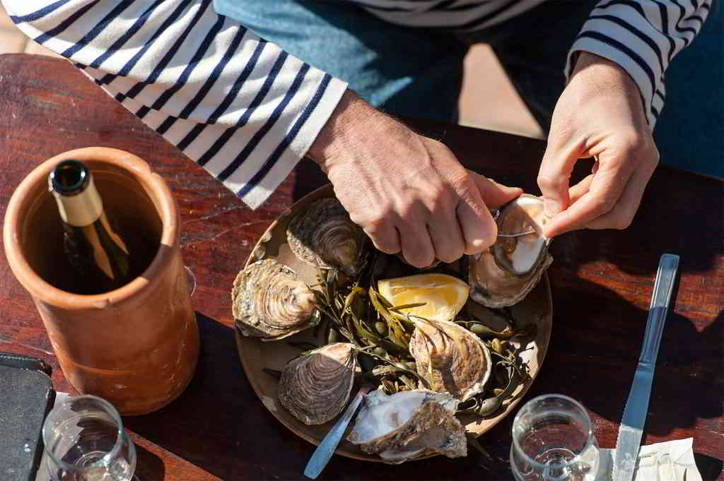Oyster tasting in Brittany © Emmanuel Berthier