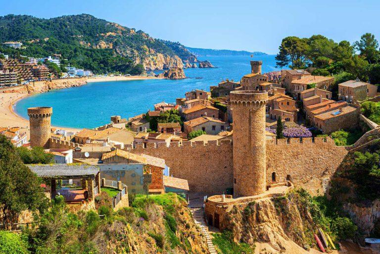 Plage de Catalogne avec son village et son chateau
