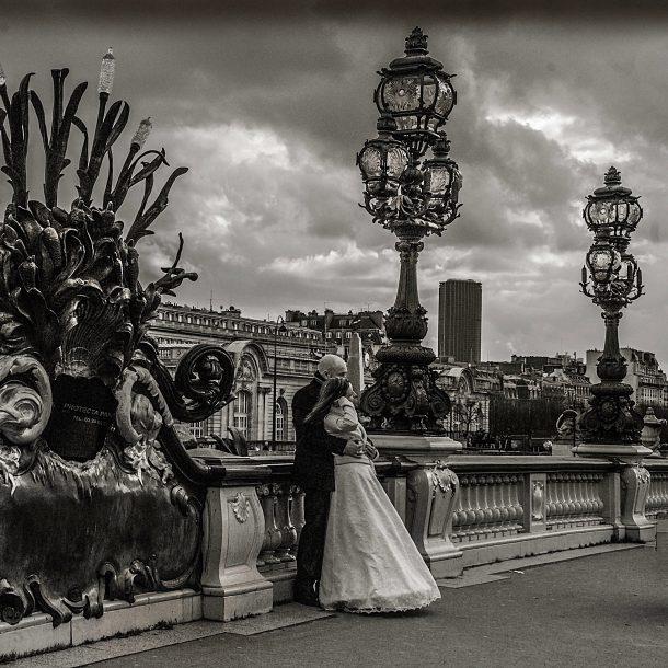A couple on the Seine riverbanks ©Nailton Barbosa