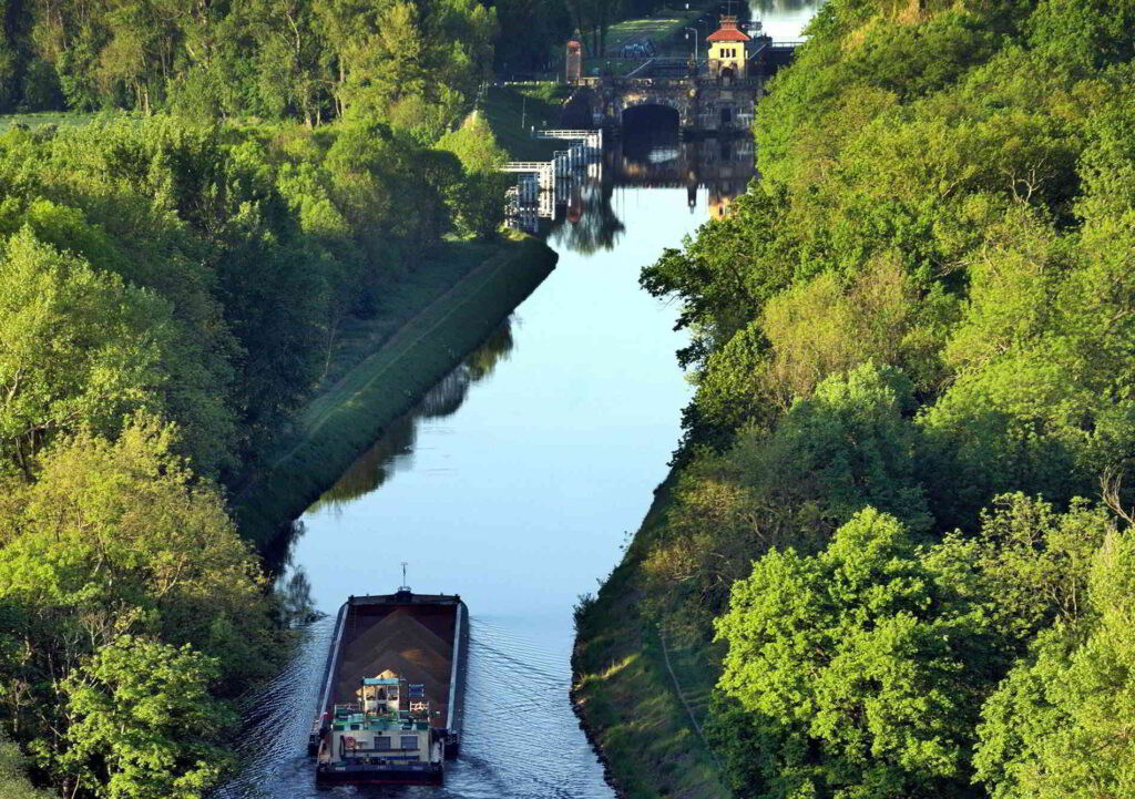 ecluse canal midi barge