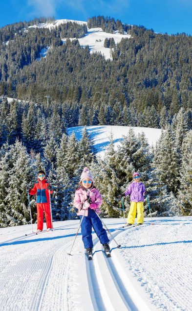 AdobeStock_323702372-skiing-ski-megeve-famille-enfants