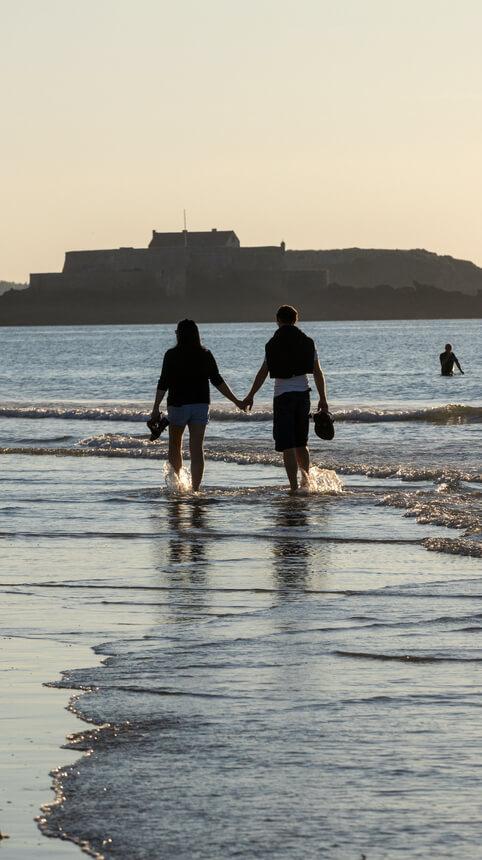 couple promenade saint malo bretagne coucher soleil