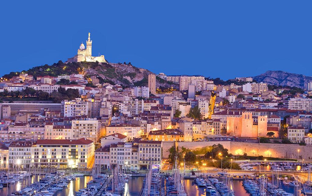 La ville de Marseille et son vieux port avec la basilique Notre Dame de la Garde